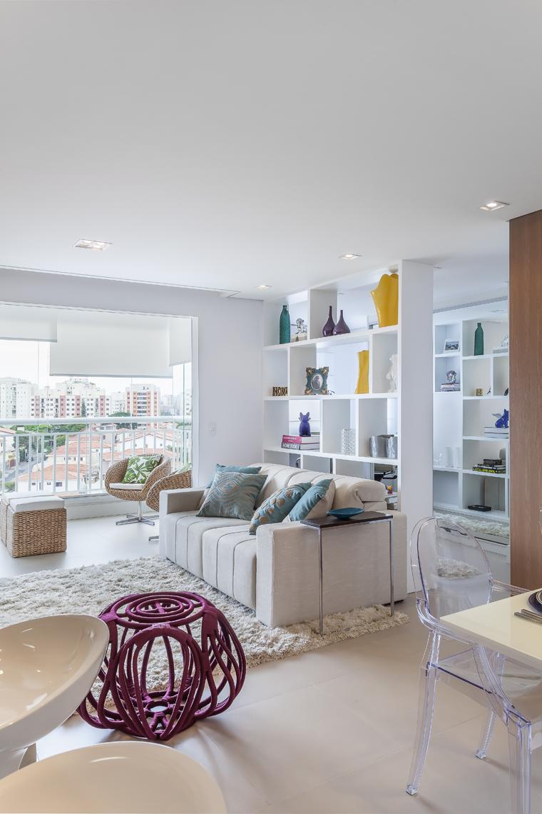 Com living ampliado um apartamento ganha divisão divertida entre home e escritório (14)