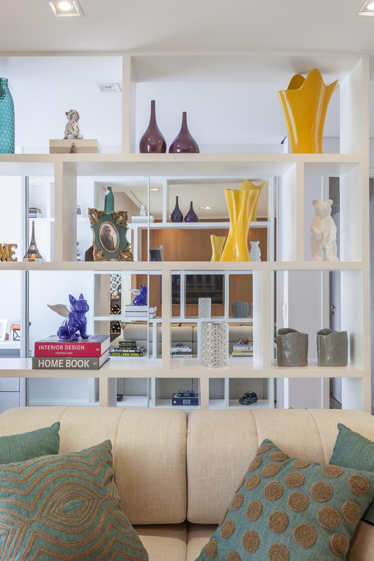 Com living ampliado um apartamento ganha divisão divertida entre home e escritório (18)